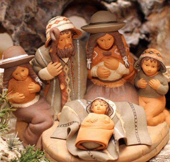 Además de los dulces y golosinas que la tradición europea traspasó a América, con sus turrones, polvorones, mazapanes, peladillas, piñones, nueces, colaciones, etc. un elemento unificador de la Navidad Latinoamericana es el Pesebre o Nacimiento, de origen italiano.