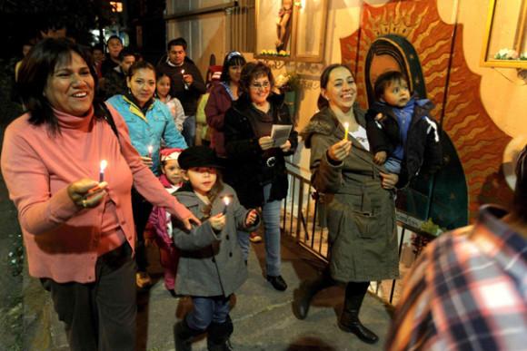 El villancico europeo, antes del siglo XV estuvo relacionado con representaciones dramáticas y cantos dialogados entre un solista y el coro, que se reproduce en América por ejemplo, en las canciones de las Posadas en México.
