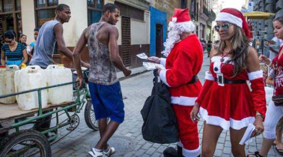 Mujeres en La Habana con atuendos navideños.