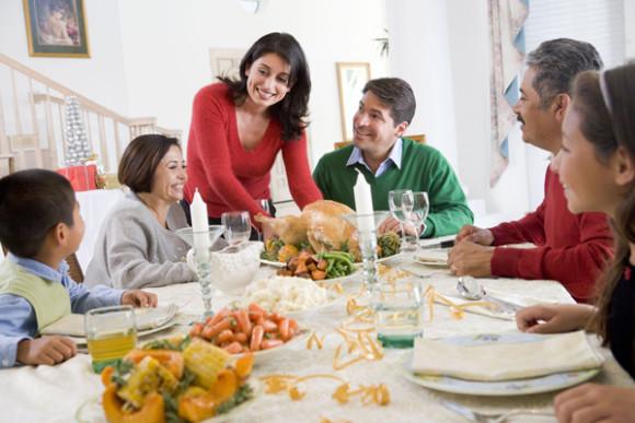 La cena navideña y la música son fundamentales en la tradición latinoamericana.