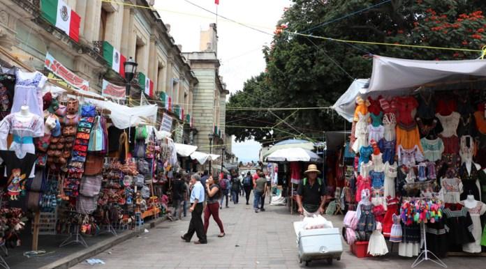 Regresan ambulantes al Zócalo de Oaxaca