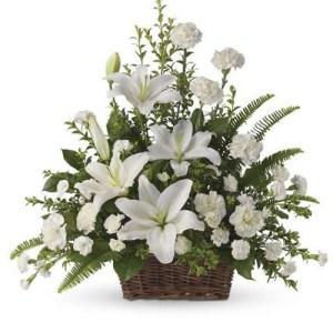 composizione in cesto fiori misti bianchi