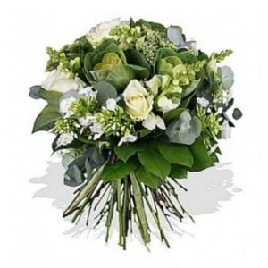 Bouquet misto con rose bianche e fiori di stagione