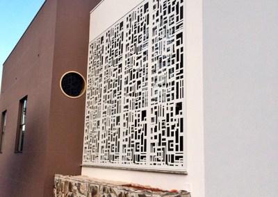 Painel Decorativo Perfurado usado em vitrine na cidade de Dracena, SP.