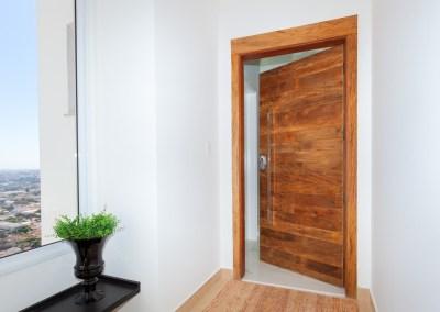 Porta acústica com madeira de demolição