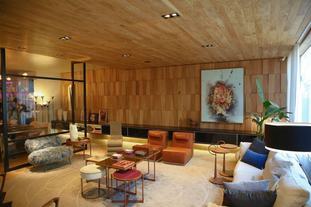 Lindo ambiente com painel geométrico, me madeira rústica clara e forro também em madeira.