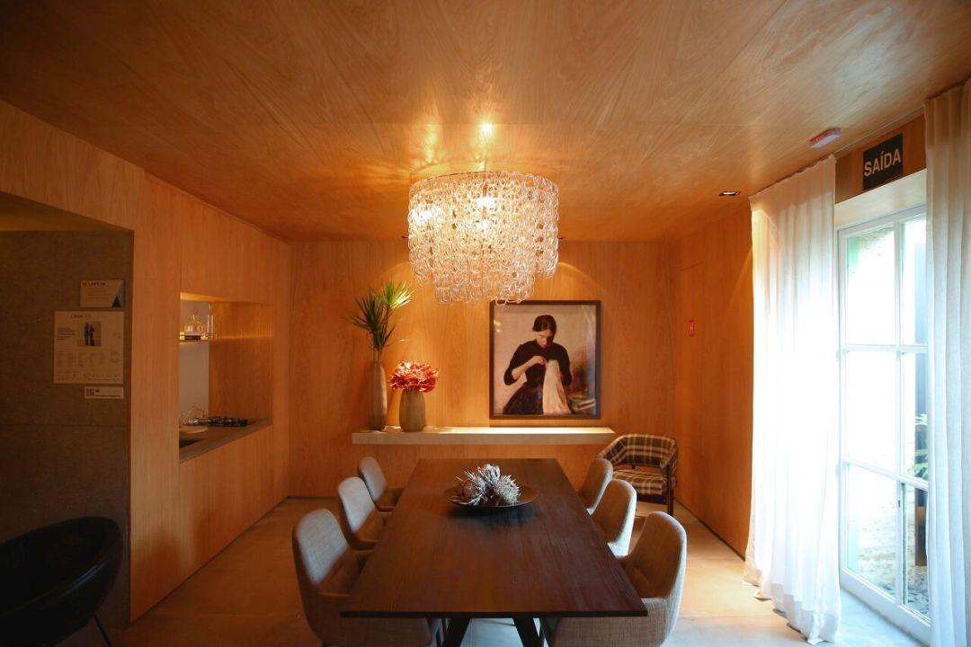 Ambiente totalmente revestido em madeira clara! Mais uma grande tendência da mostra.