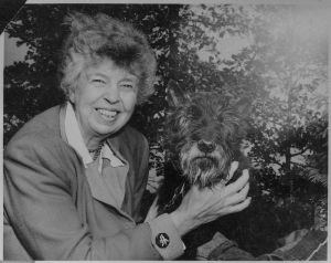 800px-Eleanor_Roosevelt_and_Fala_at_Val,Kill_in_Hyde_Park,_New_York_-_NARA_-_196181