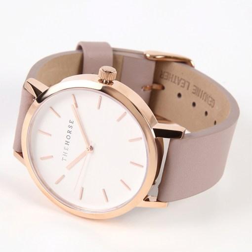 ローズゴールドとスモークピンクの色合いが綺麗な腕時計