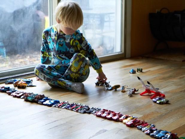 Anak belajar mengenali jenis mobil - Wow, Ternyata Ini 5 Manfaat Mainan Mobil Anak