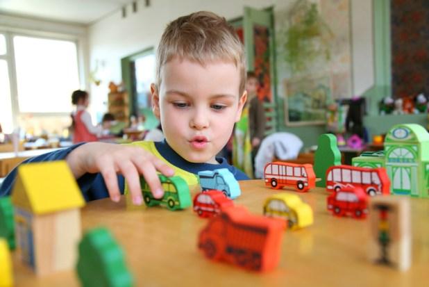 Anak belajar untuk mengeluarkan bunyi - Wow, Ternyata Ini 5 Manfaat Mainan Mobil Anak