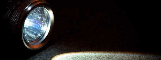 Membersihkan Bagian Permukaan Penampang - Tips Merawat Lampu Sorot LED Agar Lebih Tahan Lama - BestReviews