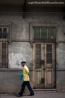 hombre-y-fachada-gris-Santo-Domingo-impresiones-del-mundo