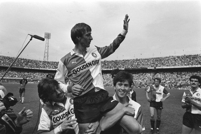Feyenoord_tegen_PEC,_met_afscheid_Johan_Cruyff_;_Johan_Cruyff_op_de_schouders_van_Wijnstekers_en_Brand
