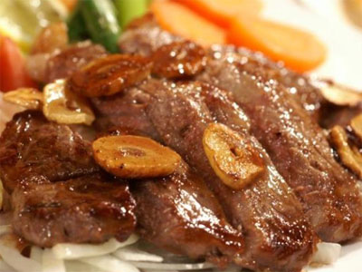 肉類や加工食品を多く食べると分解・腐敗する時に臭い匂いを発生させやすくなります