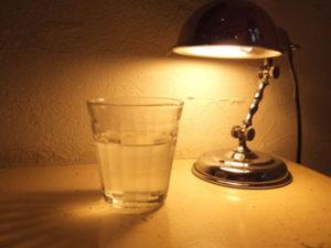水分不足にならないためにも、寝る前の水分補給は重要