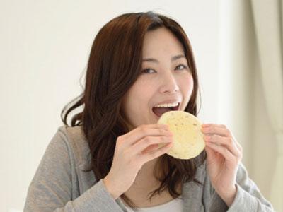 食事により幸福感が得られるのは、腸内に入ったトリプトファンを材料として腸内細菌の働きによりセロトニンが産生され、脳に良い作用するため