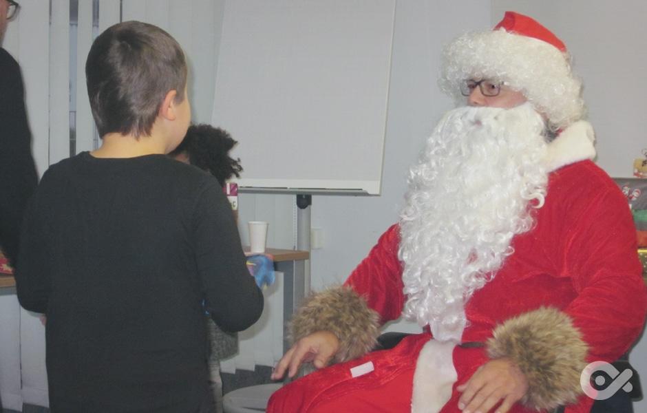 Glückliche Kinder bei der Aktion Wunschweihnachtsbaum in Zusammenarbeit mit Siemens Rostock