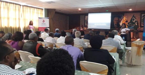 126f8378-artesanos-y-representantes-de-las-instituciones-organizadoras-del-seminario-durante-la-charla-sobre-branding-digital