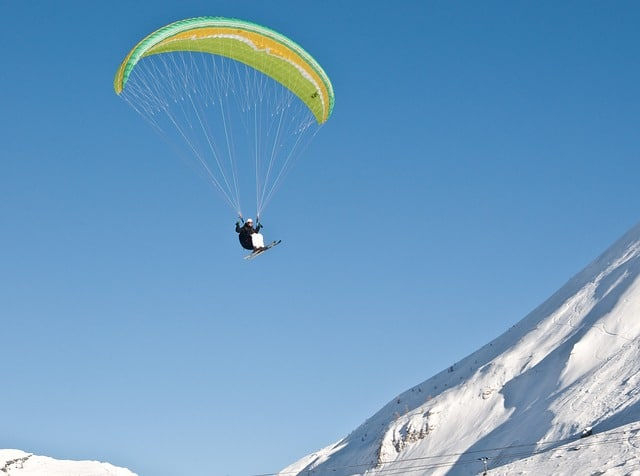 Le vol et ski, pratique hivernale du parapente ludique