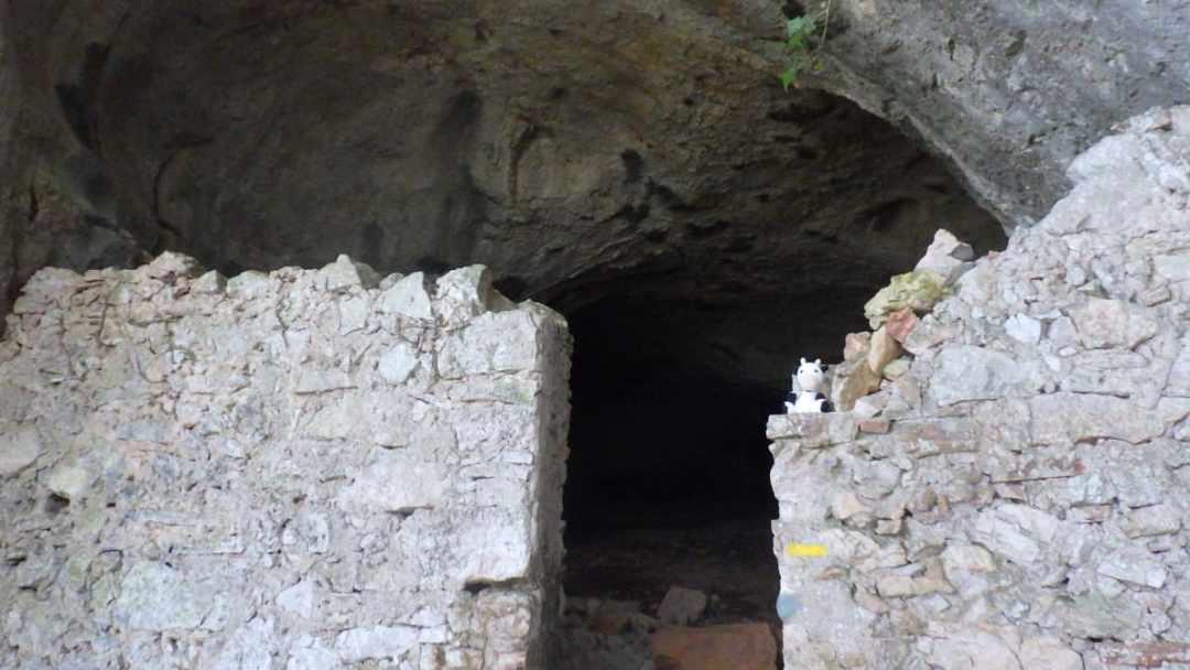La grotte Baume Clauside, sur la randonnée entre les Jumeaux et le Ranc de Banes