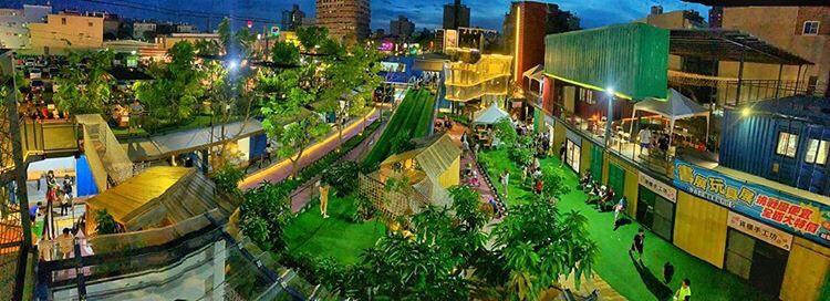 台南景點懶人包  台南永大夜市旁的台南貨櫃公園,夜晚也相當熱鬧,完整的親子體能設施與展覽,還有滑草場。