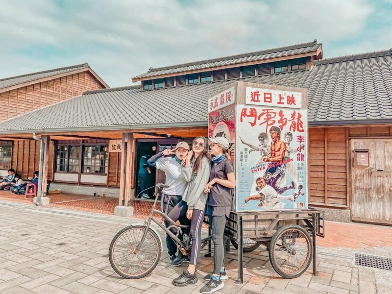 台南懶人包   永成戲院是台灣僅存的全木造戲院,更被文化部公告登錄為歷史建築,成了藝文中心,配合節慶、月津港燈節等活動辦展演。