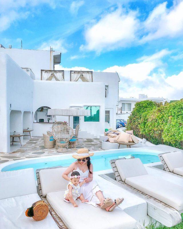 墾丁國境之南Design Hotel 寧靜的大草原,白色建築佇立上頭,猶如名信片中常見的地中海景緻,令人著迷,民宿的頂樓,不免俗設置了游泳池,可以眺望大海
