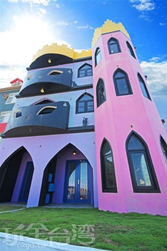 綠島潛水民宿月光城堡位於綠島南寮漁港,擁有便捷的交通位置,距離熱鬧的商業街道只要分三鐘即可抵達