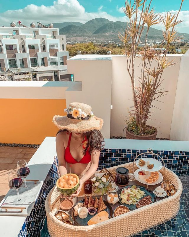墾丁民宿  步拉諾Villa Burano Yellow Villa- 墾丁夢幻島 度假別墅 不只好取景好拍照,入住墾丁夢幻島別墅,可以在室內外游泳池,享受豐盛的「漂浮早餐」。