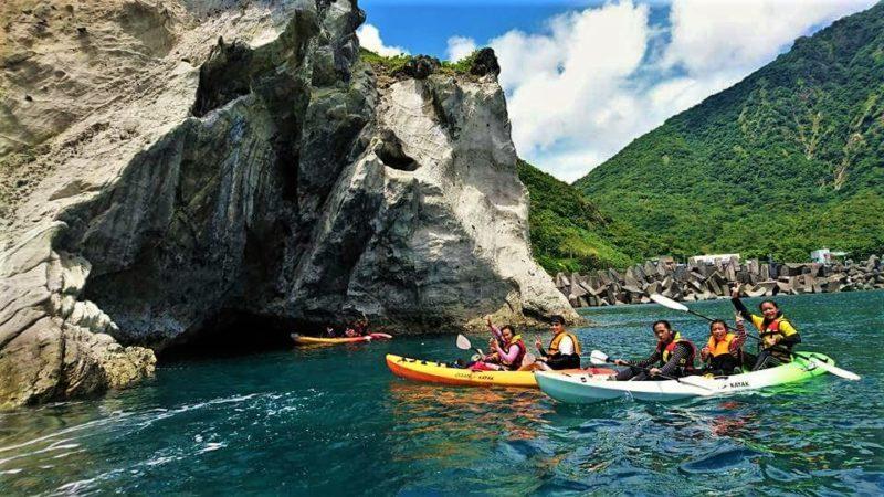 划著獨木舟在海面上,欣賞海水沖蝕與地殼抬升而形成的石梯坪,感受大自然的美好和力量