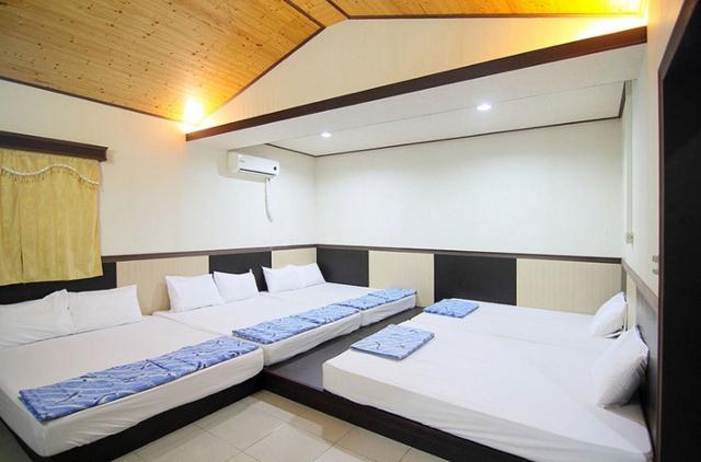 綠邑度假民宿就在南寮漁港附近,在民宿二樓的海景房可以看到整個綠島南寮漁港的風景