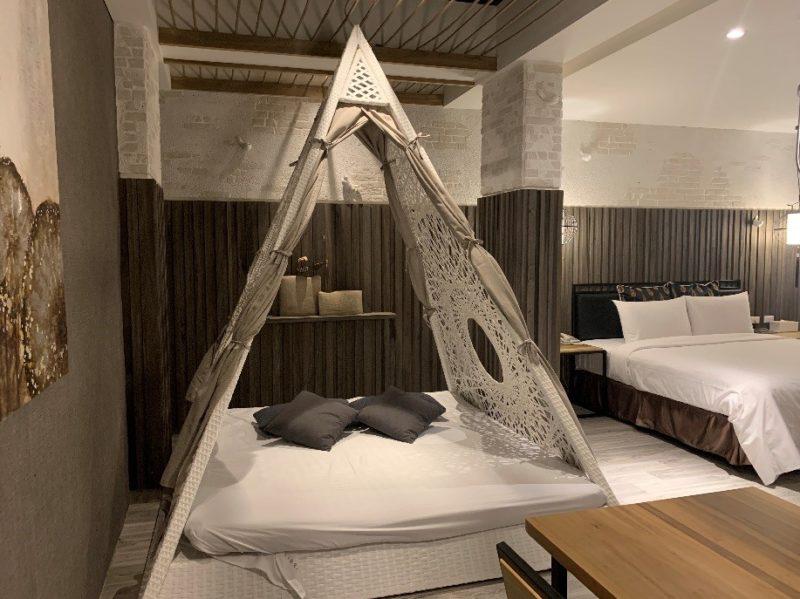 高雄鳳山五甲歐閣簡愛館,浪漫雙人房放置了一組編織帳篷,讓住宿高雄鳳山的各類型旅客們,多了一間高雄motel的好選擇。