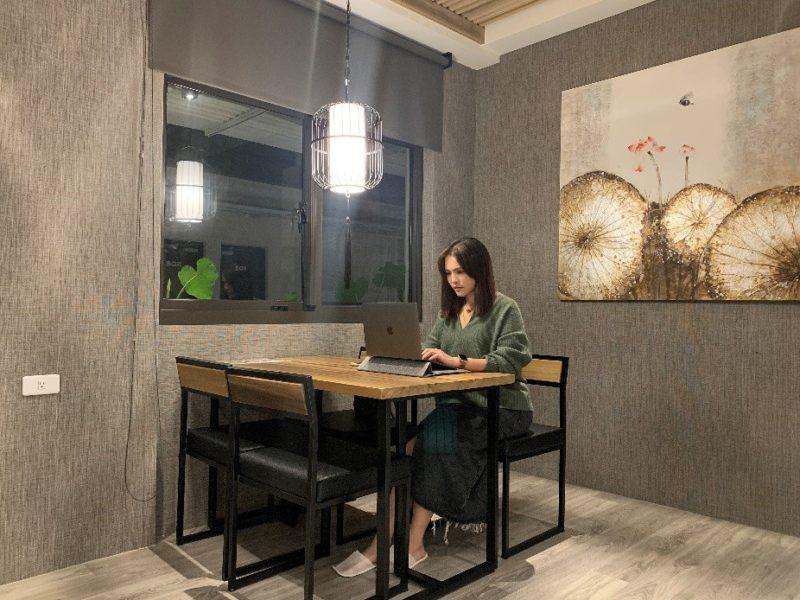高雄歐閣鳳山簡愛館位在五甲地區,最新的浪漫雙人房配置了多功能區,辦公飲食都是相當棒的,也提升了歐閣簡愛館的商務功能性。