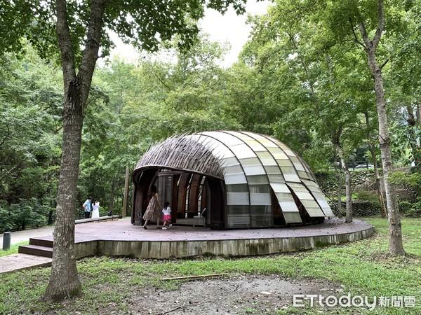 ▲▼清泉一號吊橋遠清泉部落風光和腳下溪流;「清泉藝術之森」內有2個裝置藝術,是八八風災時的飄流木製成的半圓形小屋。