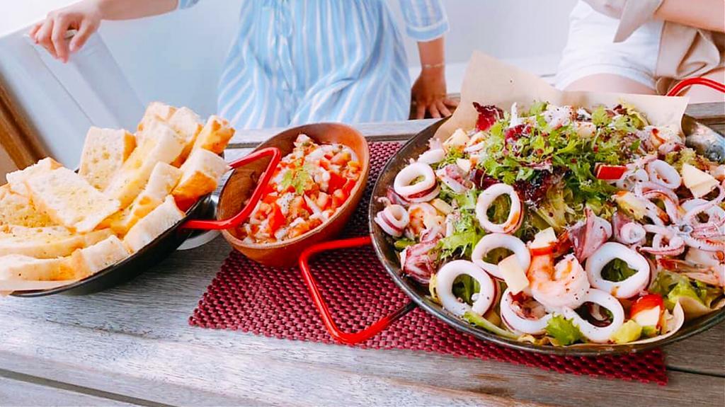 澎湖帆船/遊艇水上豪華趴-新鮮餐食。(圖/Tripbaa趣吧!自由行專家)