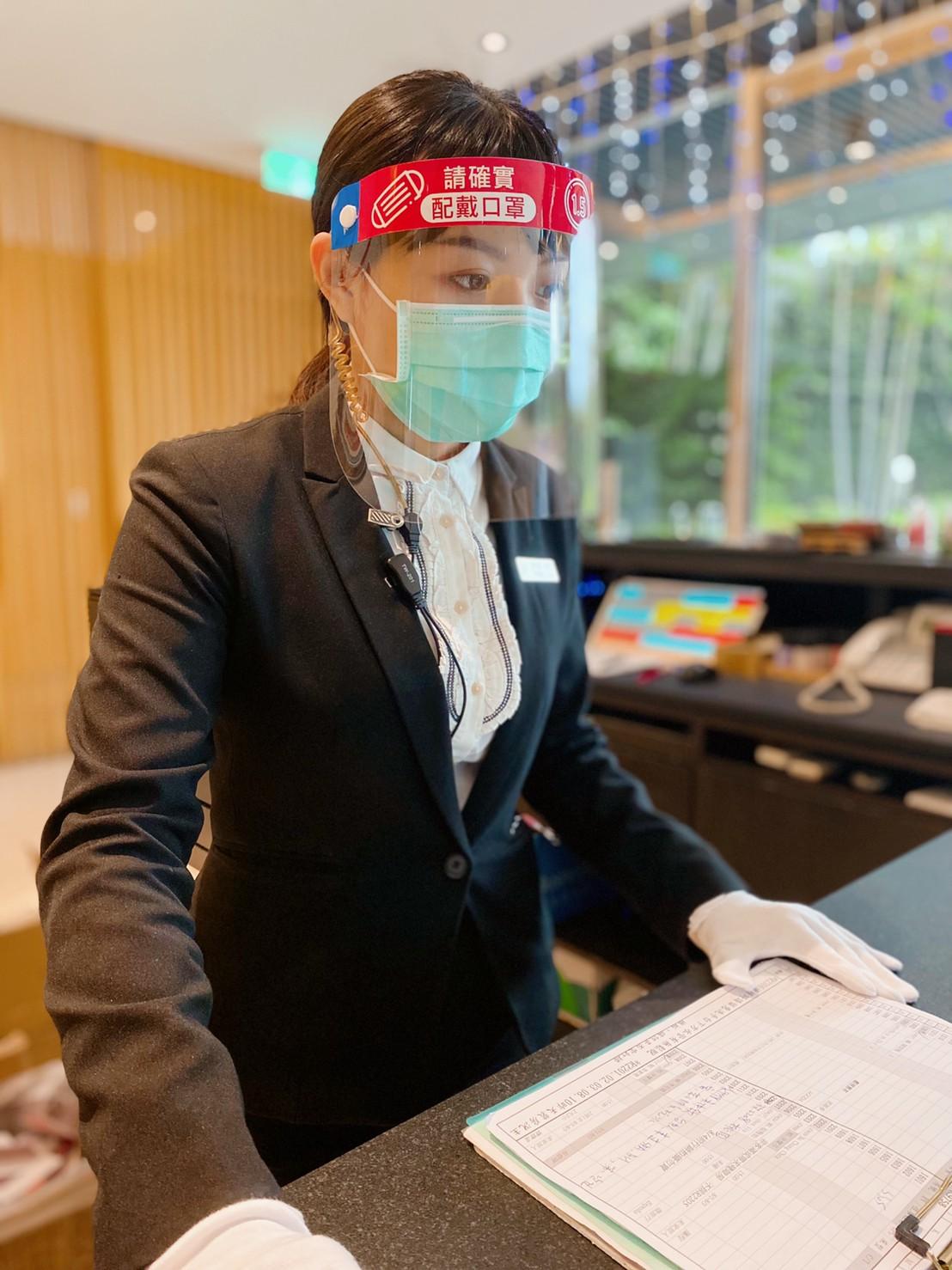 ▲ 工作人員皆配戴護目鏡及口罩。(圖/台中日月溫泉提供)
