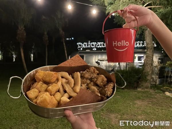 ▲宵夜可以帶回房外餐桌吃,也可以在游池邊的戶外座位享用。