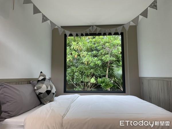 ▲▼露營車內有一張上下舖和雙人床,躺床就能看風景。