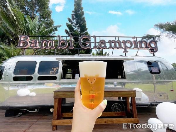▲泳池旁有一台美式露營車,提供啤酒和飲料。