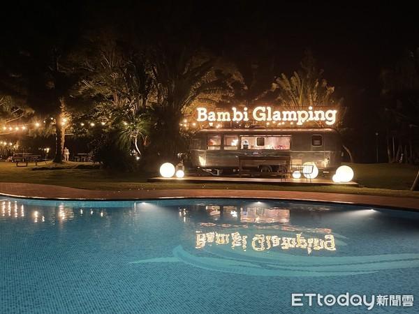 ▲夜晚點燈後的泳池非常有氣氛。