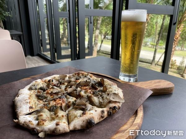 ▲坐在森林玻璃屋享用魚子醬松露披薩,一邊吃一邊看窗外風景超享受。