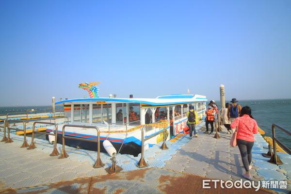 ▲龍海號可看海上蚵架,再前往無人島秘境。(圖/記者蔡玟君攝)