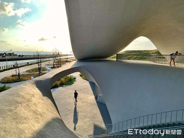 ▲▼純白色的幾何建築本身就已是絕佳焦點,許多民眾拿起手機、相機,從不同角度捕捉大海螺之美。