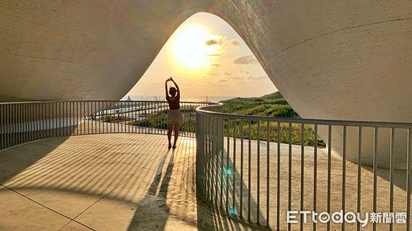 ▲上層規劃為半戶外的觀景平台,迎著秋日微風,欣賞永安漁港夕陽餘暉和海天一色風光,度過舒心的午後。