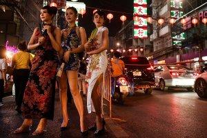 Οι γυναίκες στέκονται σε έναν δρόμο μπροστά από τον εορτασμό της σεληνιακής Πρωτοχρονιάς