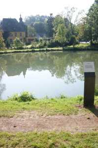 Lyrik-Stele gegenüber Burg Zweiffel