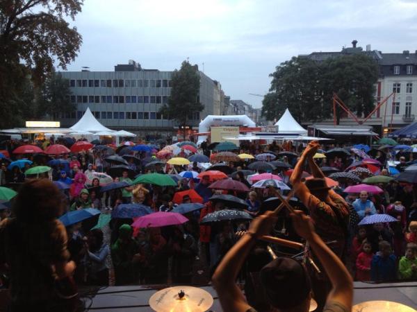 Hüpfen mit Regenschirmen - Cat Ballou heizte den Konrad-Adenauer-Platz auf