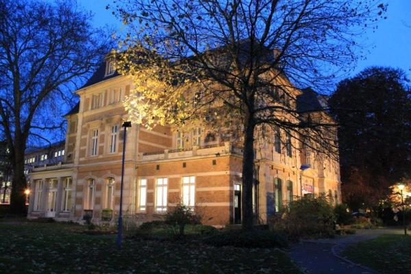 Die Villa Zanders zur blauen Stunde. Foto: Tina Heuer