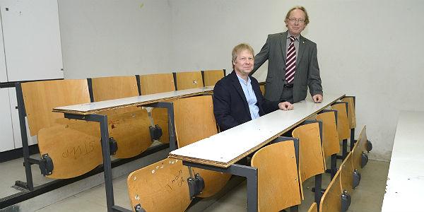Die Schuldirektoren Felix Bertenrath und Wolfgang Knoch in einem nicht mehr zeitgemäßen Klassenraum.